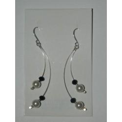 Aretes de perlas sintéticas y piedras negras con alambre curvo